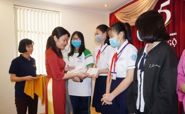 Bà Nguyễn Thị Phương Linh - Phó giám đốc Agribank Chi nhánh 3 (quận 3) - trao học bổng