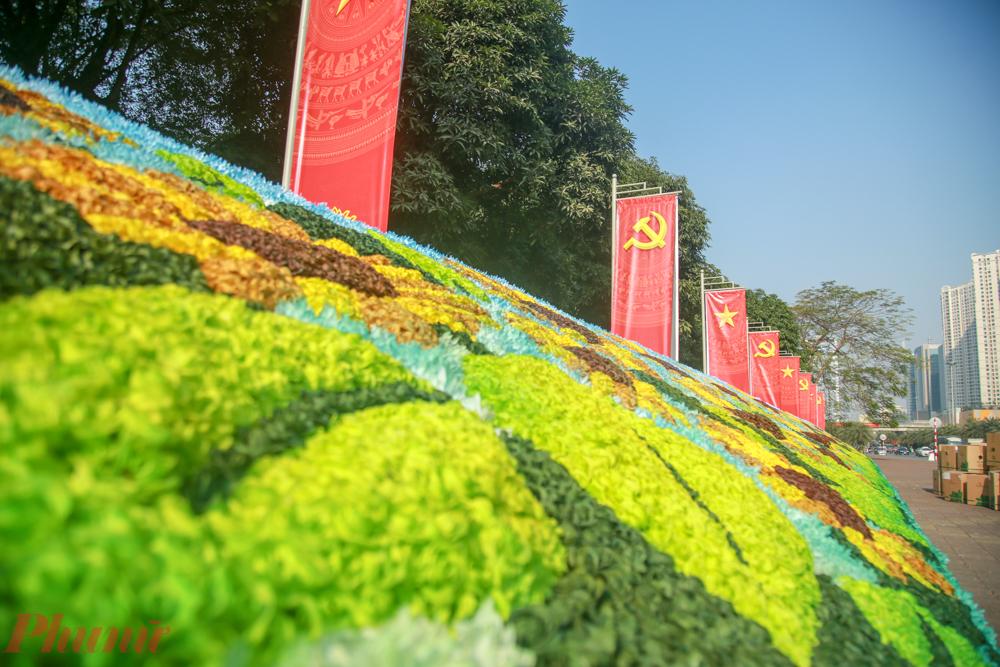 Khu vực dọc đường Phạm Hùng dẫn ra Trung tâm Hội nghị Quốc gia - nơi diễn ra Đại hội Đảng lần thứ XIII - cũng được 'thay áo mới bằng cờ và hoa.