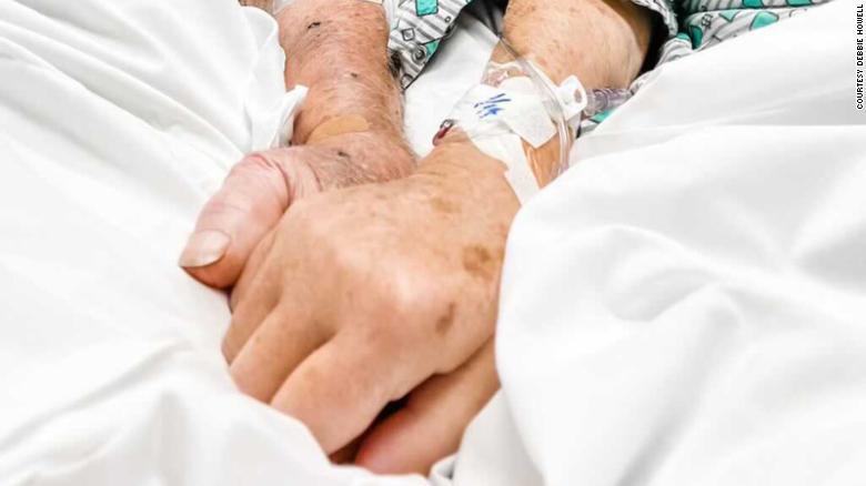 Bức ảnh chụp tại bệnh viện lúc ông Dick và bà Shirley nắm tay nhau trước khi qua đời,