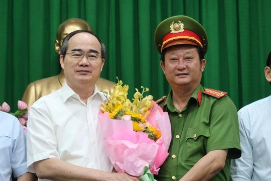 Đại tá Nguyễn Hoàng Thắng (bên phải) vừa được bổ nhiệm làm Trưởng công an thành phố Thủ Đức (ảnh tư liệu).