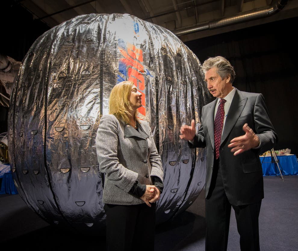 Ông Robert Bigelow mong muốn tìm ra được thế giới bên kia của con người sau khi chết đi - Ảnh: Bill Ingalls/NASA via Getty Images