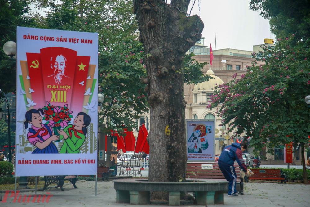 Nhiều tấm pano cỡ lớn được dựng lên tại nhiều tuyến phố như quảng trường Cách mạng Tháng Tám, đường Điện Biên Phủ, Tràng Tiền, quốc lộ 32, đường Võ Nguyên Giáp...