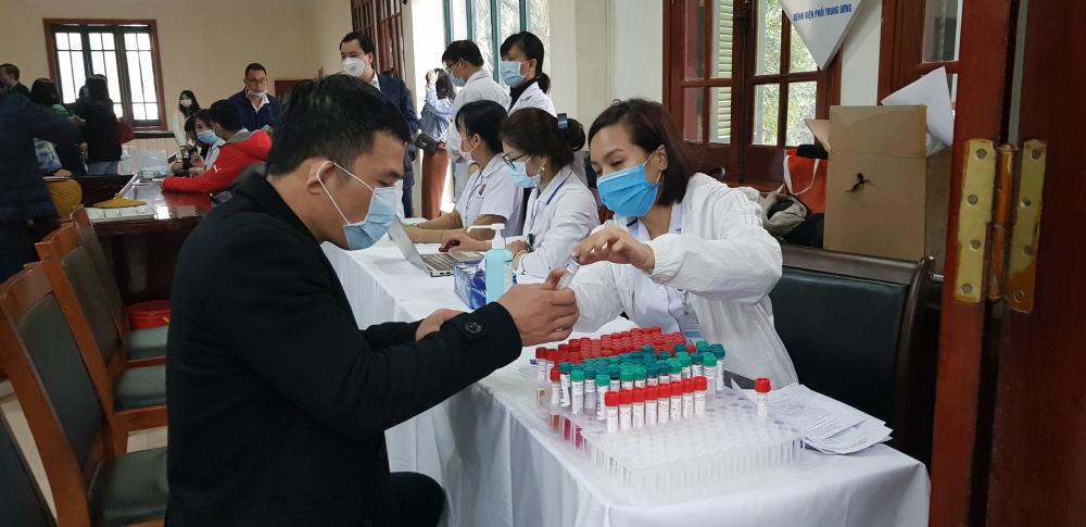 Các đại biểu lấy mẫu xét nghiệm SARS-CoV-2 tại Hà Nội sáng 23/1/2021- Ảnh: Nguyễn Văn Nga