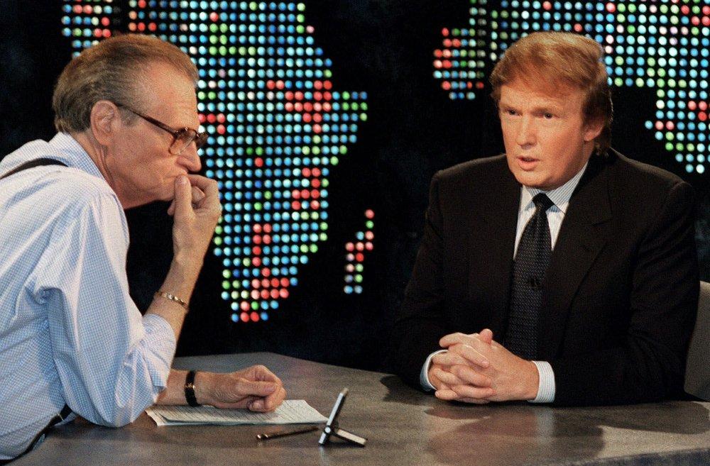 Larry King phỏng vấn tỷ phú Donald Trump trong chương trình Larry King Night ở New York vào năm 1999
