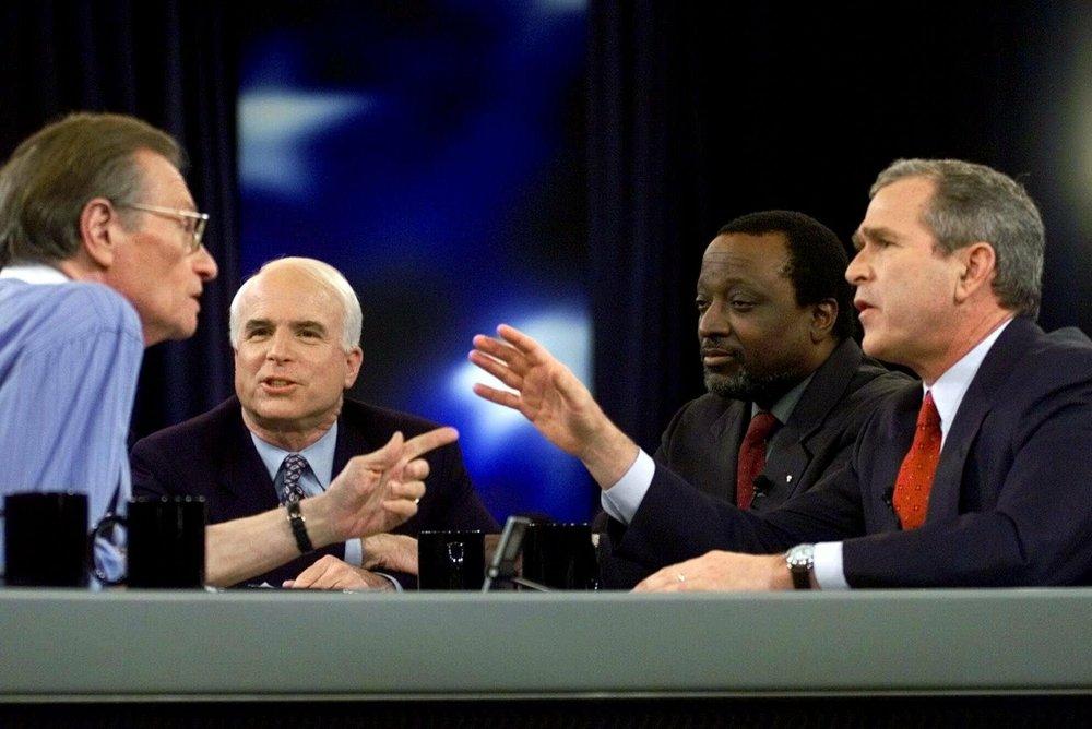 Larry King - người dẫn chương trình Larry King Live của CNN - đặt câu hỏi cho các ứng cử viên tổng thống của Đảng Cộng hòa (từ trái sang): Thượng nghị sĩ John McCain, thượng nghị sĩ Alan Keyes và Thống đốc George W. Bush của bang Texas
