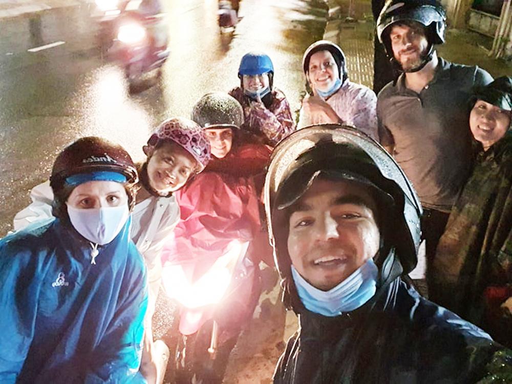 Các thành viên nhóm Help Saigon's Homeless chụp ảnh kỷ niệm sau một đợt phát quà từ thiện