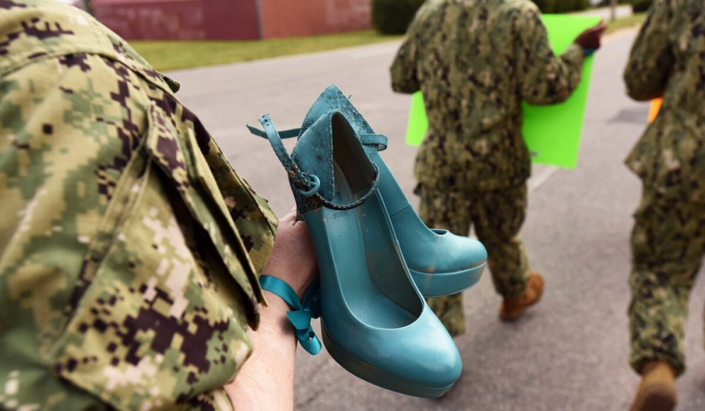 Một nữ binh sĩ tuần hành phản đối tình trạng tấn công tình dục liên tục xảy ra trong quân đội - Ảnh: militarytimes