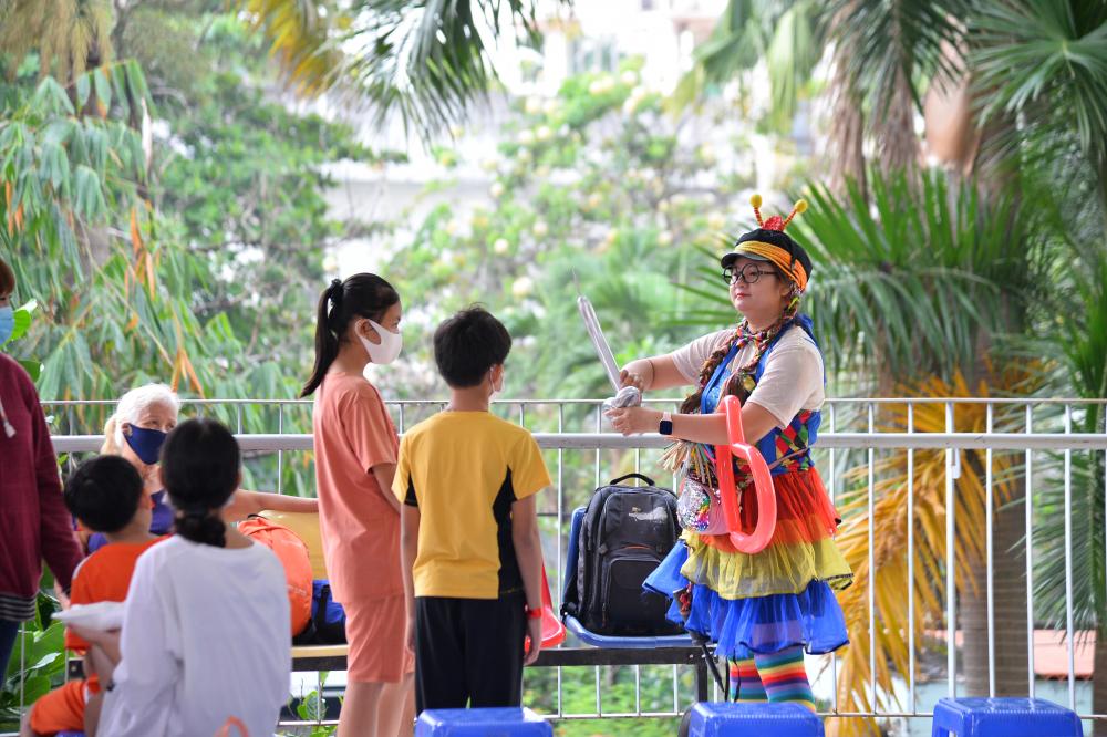 Ngoài phần quà chính, các nghệ sỹ còn chuẩn bị bữa sáng, biểu diễn ảo thuật và làm bong bóng tạo hình tặng các bé.