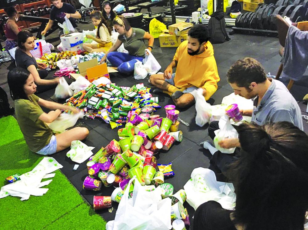 Nhóm Help Saigon's Homeless chuẩn bị gói thức ăn, vật dụng để phát cho những người vô gia cư