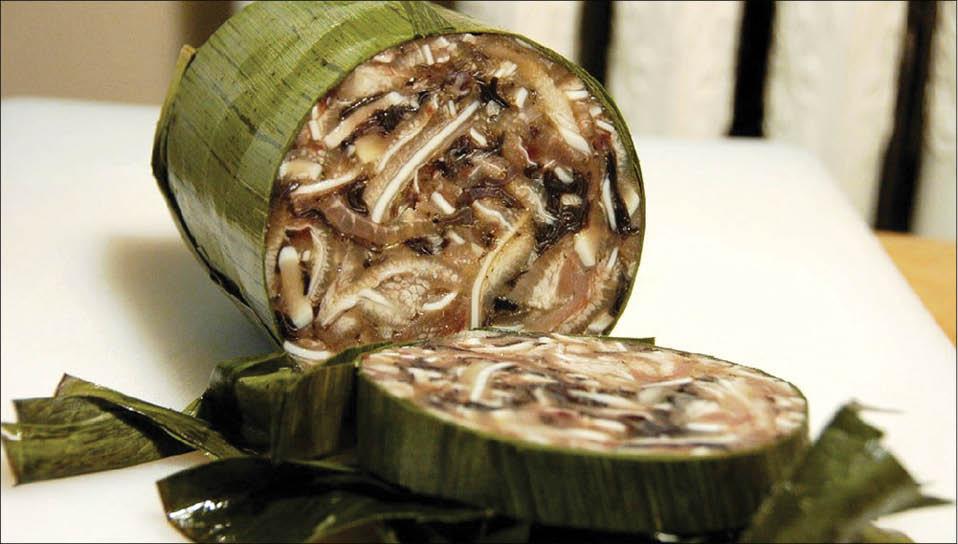 Chả thủ được làm từ thịt đầu heo, nấm mèo, tiêu xào chín, rồi cho vào lá chuối, gói định hình, sao cho phần mỡ tiết ra từ thịt khi xào kết dính các thành phần với nhau, tạo thành món chả thơm giòn.