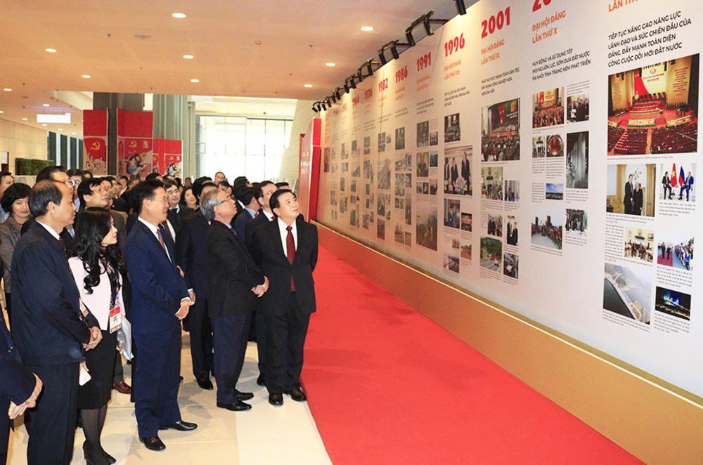 Các vị lãnh đạo Đảng tham quan gian triển lãm sách báo tại Trung tâm Hội nghị Quốc gia, nơi tổ chức Đại hội đại biểu lần thứ XIII của Đảng - Ảnh: P.Cường