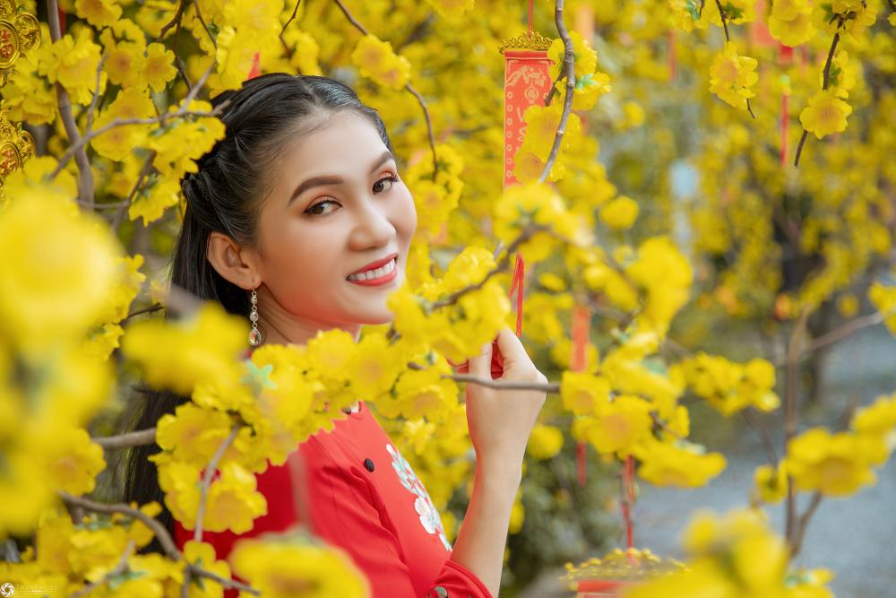 Ngoài những luống hoa tươi rực rỡ, Cánh đồng hoa Nhị Bình cũng không quên trang trí mai đào và nhiều tiểu cảnh đáng yêu cho khách chụp hình Tết xinh lung linh. Ảnh: Trần Phước
