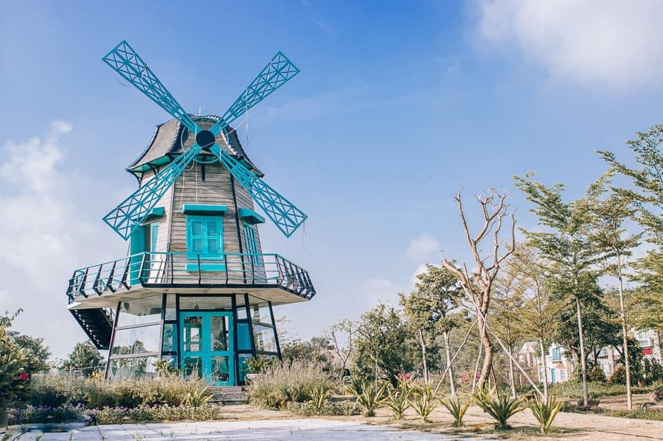 Cối xay gió - bối cảnh độc đáo nhất của phim trường The Windmill. Ảnh: phim trường The Windmill