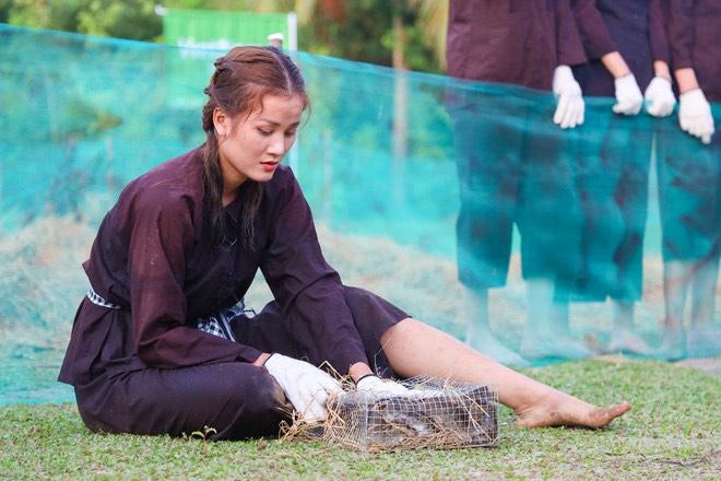 Hương ly (đội Nón lá) lén thả hết chuột đội khăn rằn bắt được , kết quả khăn rằn về sau đội nón lá
