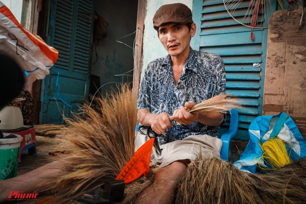Anh Trinh cho biết, đơn hàng gia đình anh hiện chỉ nhận khoảng 200 cây chổi các loại, thấp hơn rất nhiều so với cùng kỳ là 500 cây/ngày
