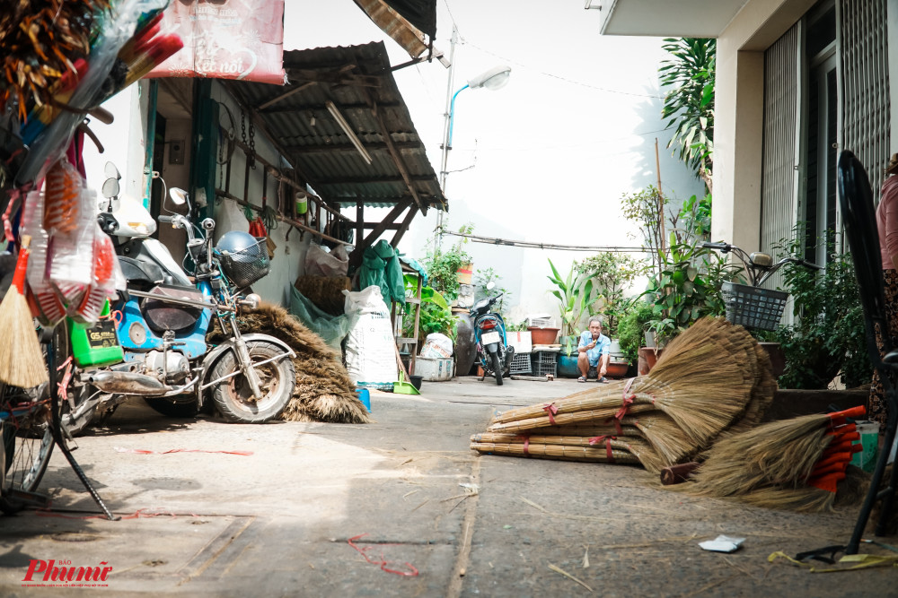 Người dân trong chợ Bình Tiên vẫn còn bám trụ với nghề làm chổi thủ công dù kinh tế từ việc làm chổi mang lại không còn nhiều như trước