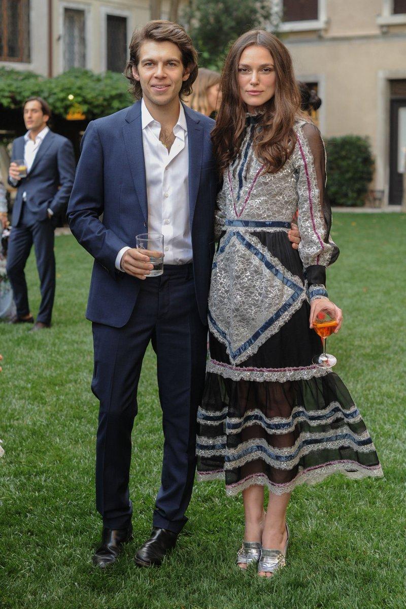 Keira Knightley và chồng James Righton tại một sự kiện.