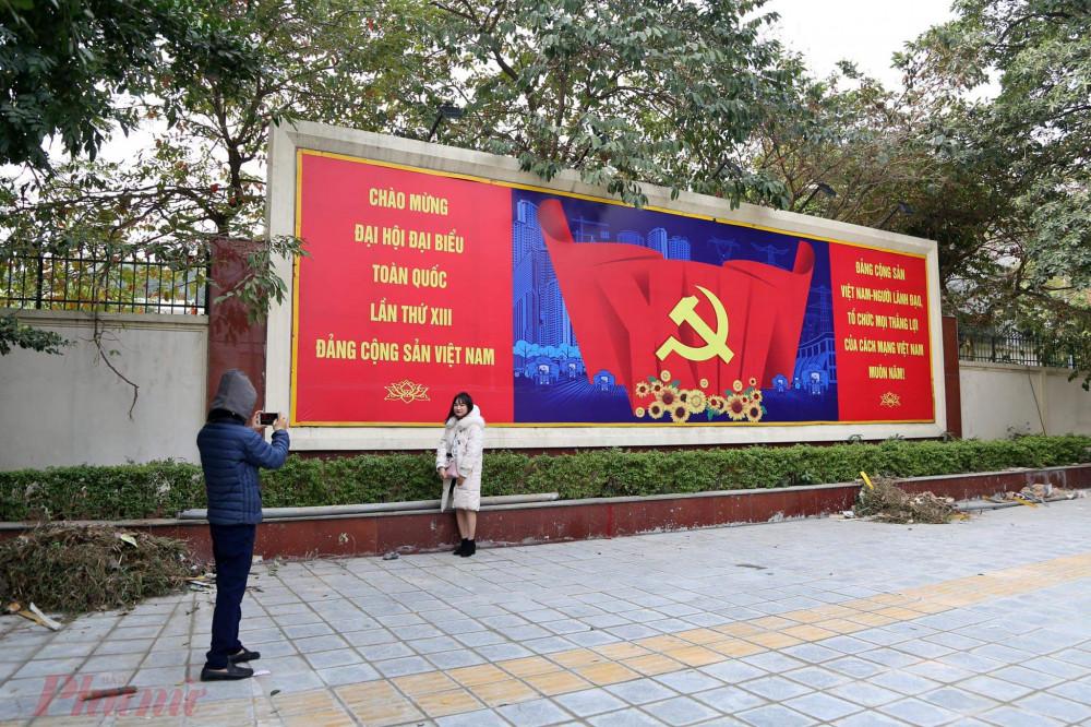 Nhiều người cũng tranh thủ chụp ảnh với màu áo mới của Hà Nội.