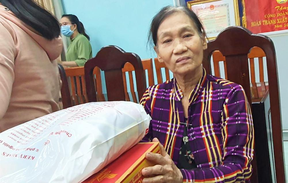 Bà Thúy cảm động vì được tặng quà tết