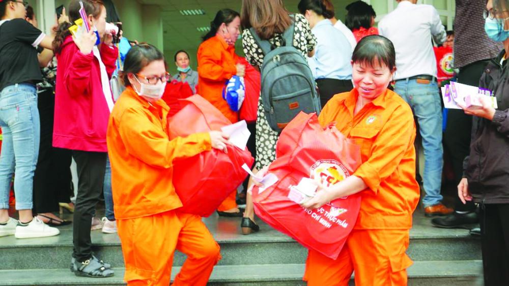 Niềm vui của nữ công nhân vệ sinh trong những ngày giáp tết