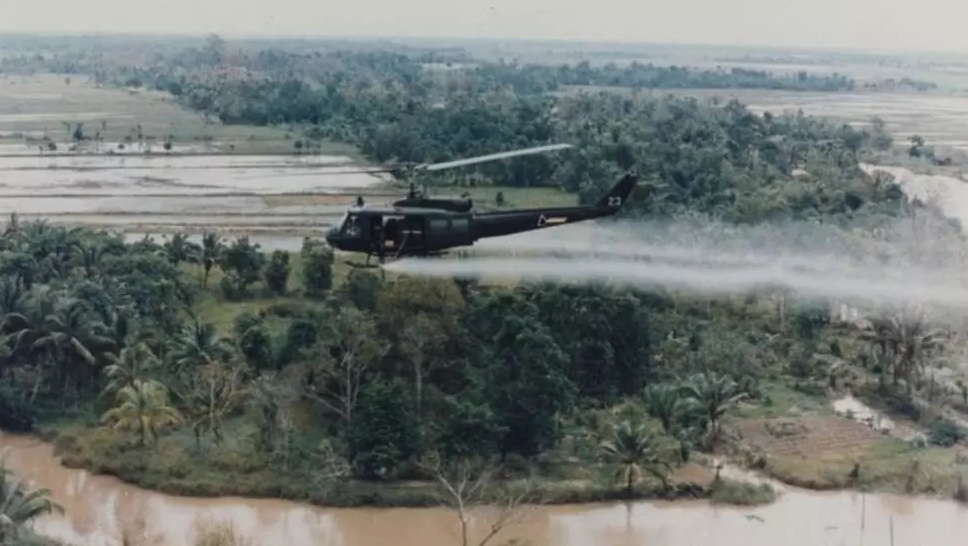 Một máy bay trực thăng của Mỹ rải chất độc da cam trong Chiến tranh Việt Nam