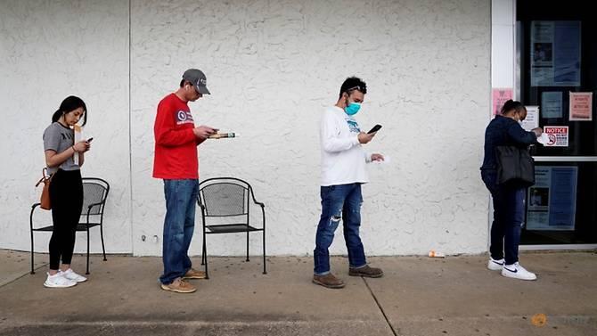 Những người bị mất việc xếp hàng chờ đợi để nộp đơn xin trợ cấp thất nghiệp tại Trung tâm Lực lượng Lao động Arkansas ở Fayetteville, Arkansas. (
