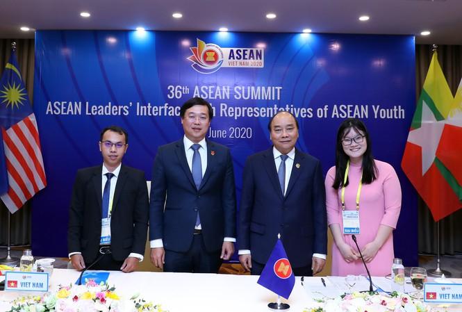 Thủ tướng Nguyễn Xuân Phúc; Bí thư thứ nhất T.Ư Đoàn Lê Quốc Phong cùng 2 đại biểu thanh niên Việt Nam tham gia Lễ tiếp kiến Lãnh đạo cấp cao ASEAN.