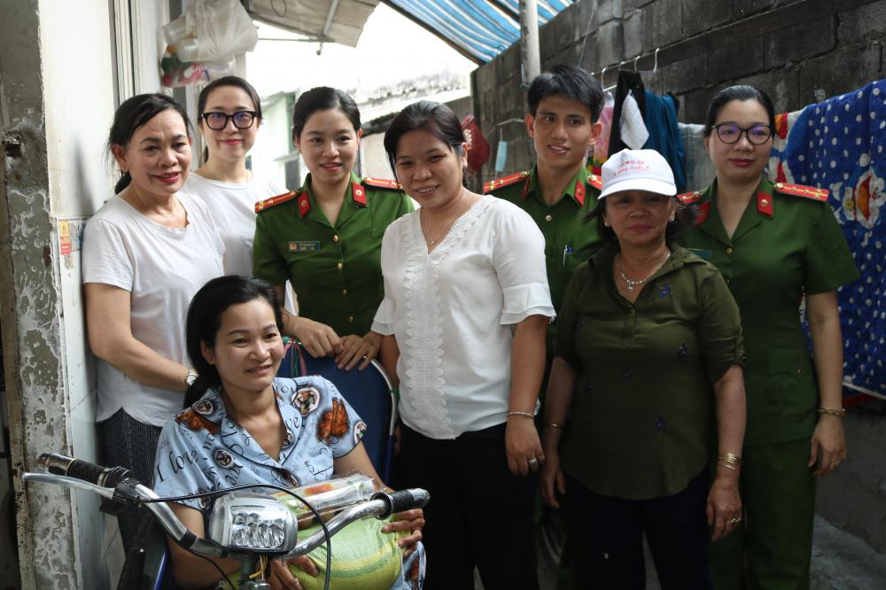 Chị Nguyễn Thị Kim Kiều bất ngờ và rất vui khi có các chiến sĩ cảnh sát ghé thăm, tặng quà.