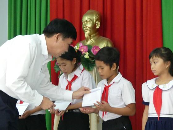 Ông Hồ Văn Đụng, Giám đốc Agribank - chi nhánh huyện Tân Biên tặng học bổng cho học sinh