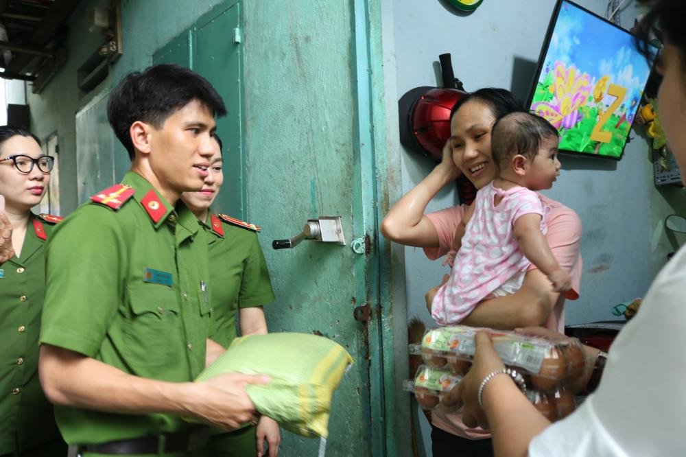 Thay vì tổ chức tập trung, đoàn đoàn đã đến tận các khu nhà trọ để thăm hỏi đời sống, tặng quà .