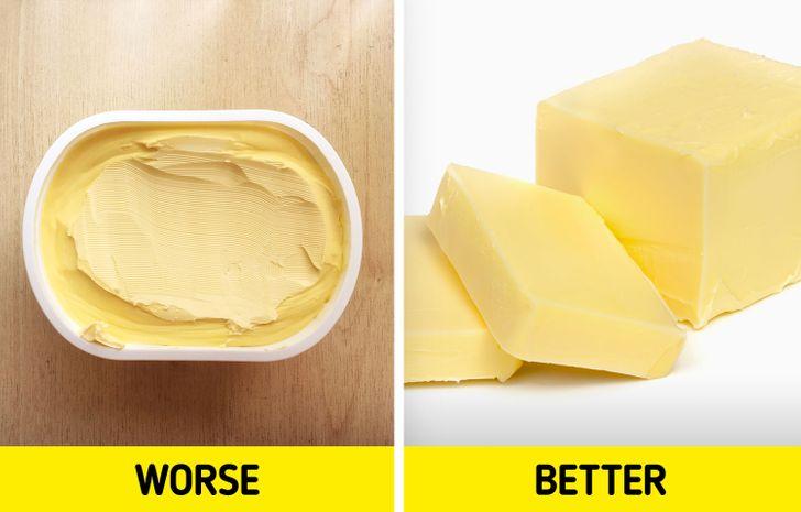 Bơ thực vật: Ban đầu nó được cho là tốt cho sức khỏe hơn bơ, nhưng trên thực tế, nó có chứa chất béo không bão hòa đa có hại. Ăn quá nhiều bơ thực vật có thể gây hại cho làn da của bạn vì những chất béo này, khiến da khô và trông nhăn nheo hơn. Tuy nhiên, bạn có thể ăn bơ thực vật ít chất béo bão hòa và không có bất kỳ chất béo chuyển hóa nào miễn là bạn chỉ có một ít.