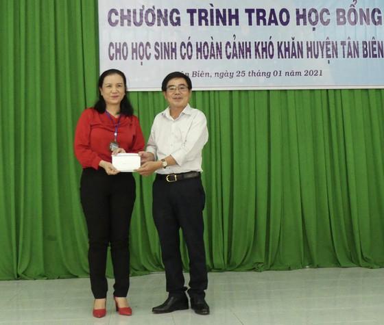 Bà Nguyễn Thị Thu Yên, đại diện Phòng Giáo dục - Đào tạo huyện Tân Biên tiếp nhận 37 phần quà của Báo SGGP dành cho giáo viên khó khăn tại khu dân cư Chàng Riệc