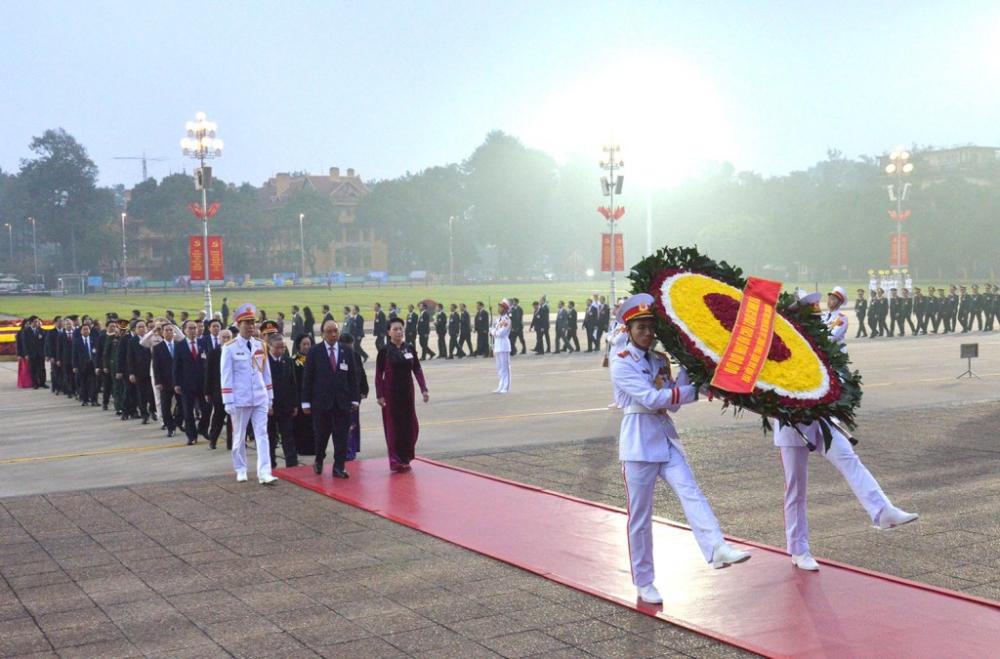 Vòng hoa của đoàn mang dòng chữ: Đời đời nhớ ơn Chỉ tịch Hồ Chí Minh vĩ đại- Ảnh