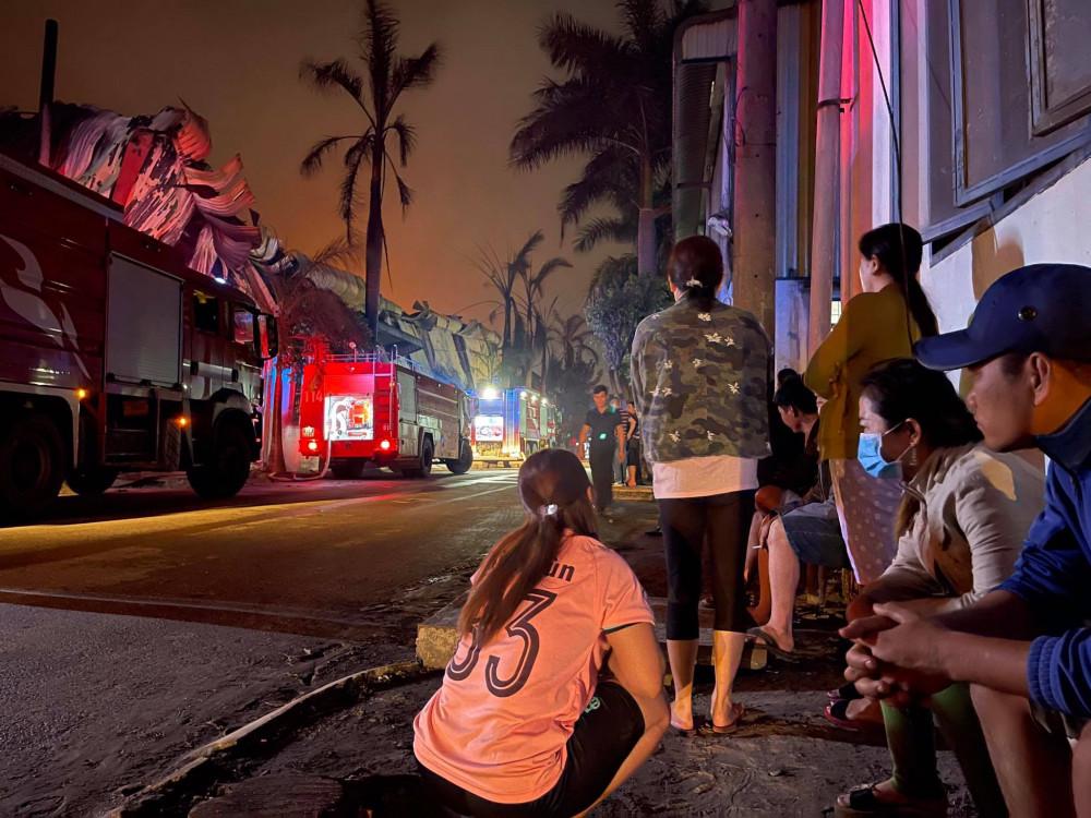 Nhiều công nhân buồn bã khi công ty bất ngờ bị cháy rụi