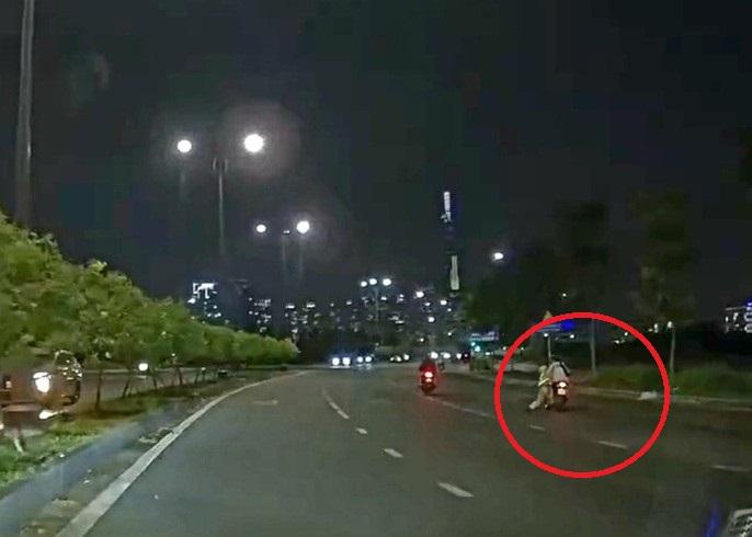 Hình ảnh CSGT đu theo xe máy trong clip được chia sẻ lên mạng xã hội.