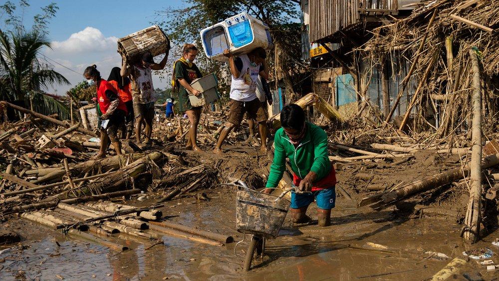 Người dân Philippines nhặt nhạnh những đồ vật còn sót lại sau khi bão Vamco quét qua khu vực ngoại ô Manila vào tháng 11/2020