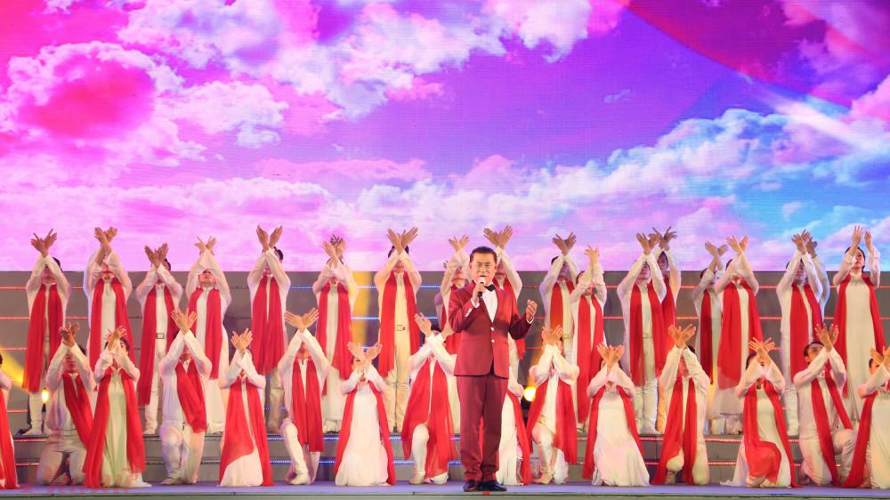Ca khúc Lá cờ Đảng (sáng tác Văn An) hào hùng được NSND Tạ Minh Tâm thể hiện qua giọng hát đầy nội lực.   Không khí hào hùng được khắc họa khéo léo qua vũ đạo, dàn dựng của các vũ đoàn.