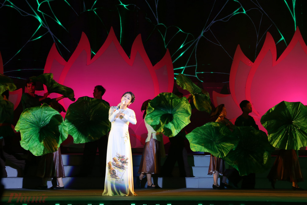 Giọng hát ngọt ngào của NSƯT Vân Khánh mang đến những giây phút lắng đọng với ca khúc Người mẹ Làng Sen ca ngợi công lao của thân mẫu Chủ tịch Hồ Chí Minh.