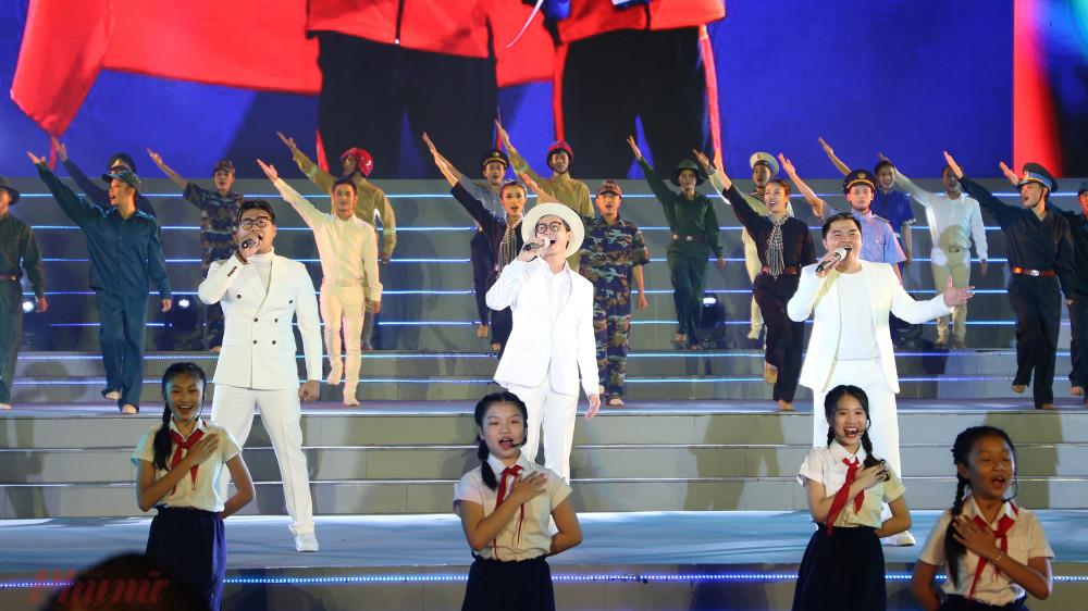 Giai điệu tự hào với thông điệp về tình yêu quê hương đất nước của người Việt Nam từ thuở ấu thơ được nhóm MTV và các em nhỏ thể hiện trong màu sắc tươi mới, trẻ trung. Nhiều hình ảnh ý nghĩa gắn với sự phát triển của đất nước trên nhiều mặt như: thể thao, tri thức... được tái hiện giúp niềm tự hào càng được hun đúc trong lòng người xem.