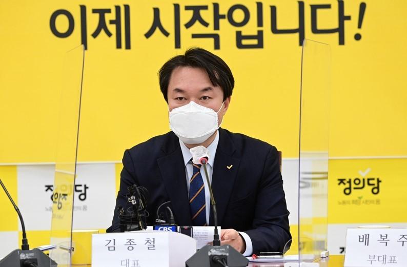 Người đứng đầu đảng Công lý, ông Kim Jong-cheol, từ chức vì quấy rối tình dục nữ nghị sĩ.