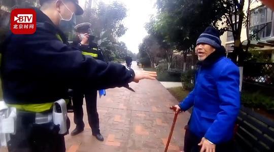 Cảnh sát địa phương tìm thấy và đưa ông Chu về nhà. Ảnh Renminribao