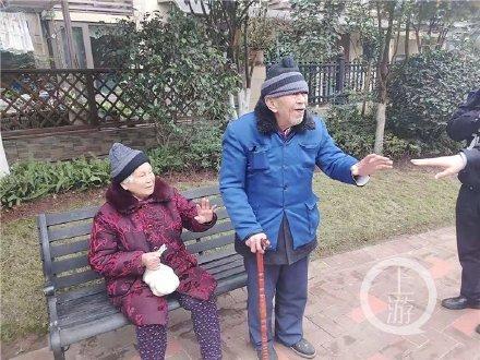 Cụ bà đã nhận được trứng vịt muối từ người bạn trăm năm. Ảnh Renminribao