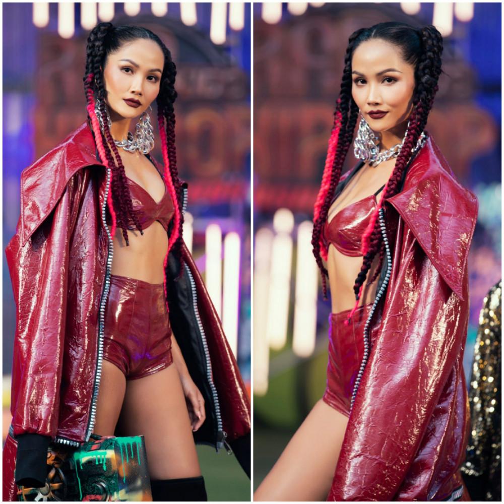 Nàng hậu diện bộ trang phục sexy hở eo, ôm sát cơ thể khoe trọn vóc dáng nuột nà của mình. Cô không quên kết hợp thêm áo khoác phá cách, có kết cấu độc đáo đậm chất underground.