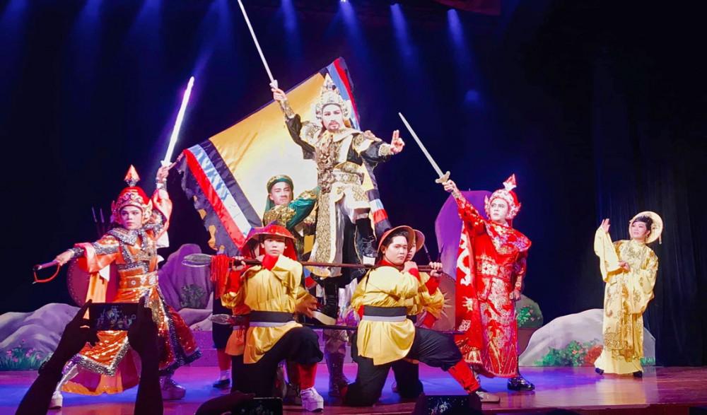 Những diễn viên trẻ  làm chủ sân khấu  ở vở cải lương Thủy chiến