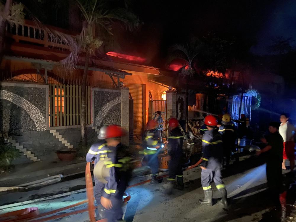 Lực lượng chức năng đang tích cứu chữa cháy