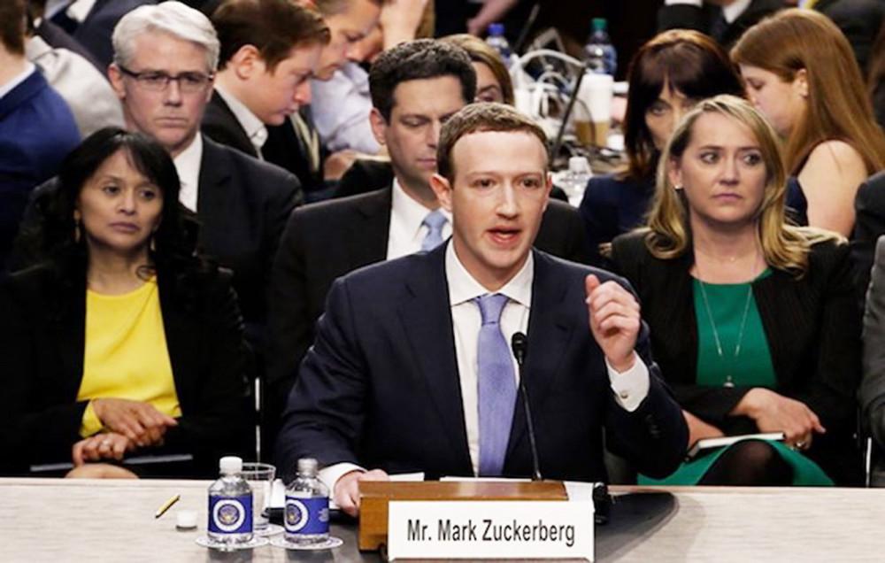 Tổng giám đốc điều hành Facebook, Mark Zuckerberg trong một lần điều trần trước quốc hội Mỹ - Ảnh: Reuters