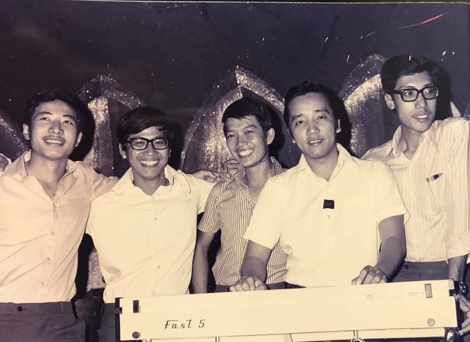 Nguyễn Trung Can, nhạc sĩ Lê Hựu Hà, tay trống Trung Vinh, ca sĩ Elvis Phương và guitar basa Như Khiêm.