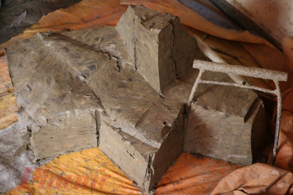 Để làm được ông Táo Đất làm tượng phải là loại đất sét vàng, được chọn một cách kỹ lưỡng, ít tạp chất