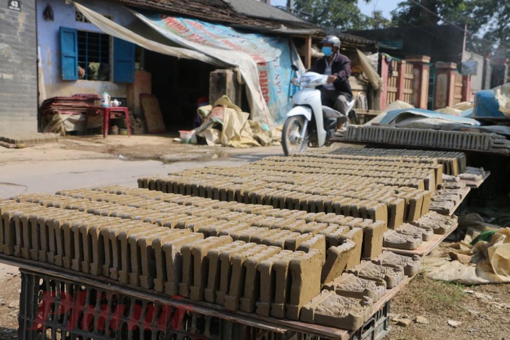 Những ngày cuối năm, cả làng Địa Linh ai cũng tất bật để  làng ông Táo bán dịp Tết. Đây là làng nghề duy nhất còn lại ở Huế lưu giữ nghề làm nghề này sướt hơn 200 trăm năm qua