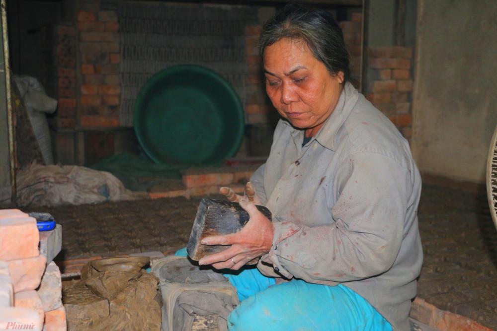 Khuôn đúc phải làm từ gỗ lim, được đục chạm hình tượng hai ông, một bà Táo đứng cạnh nhau